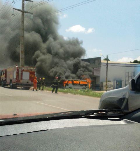 Tinha abastecido: VÍDEO mostra carro pegando fogo na Zona Norte