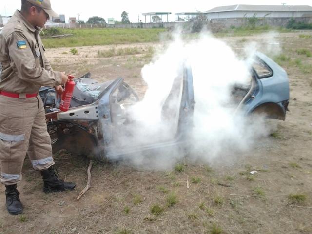 perigo ambulante: CBM demonstra uso do extintor em casos de incêndios em veículos