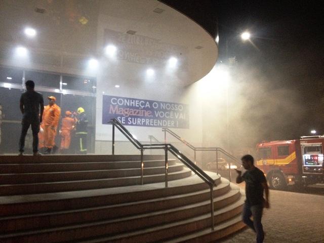 Trem: Fumaça em prédio de hipermercado assusta moradores