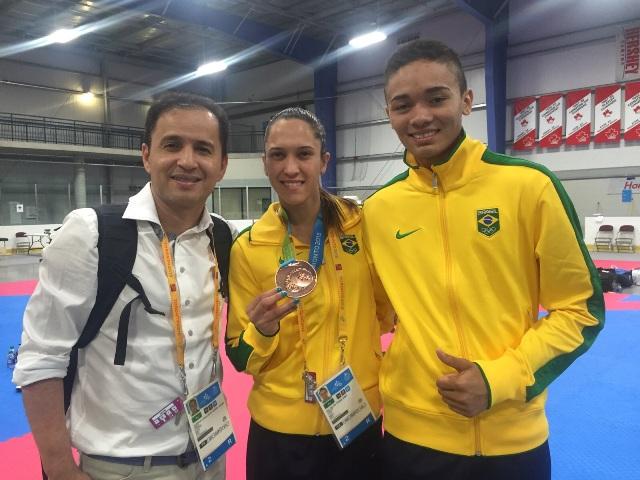 Taekwondo de medalha e pires na mão