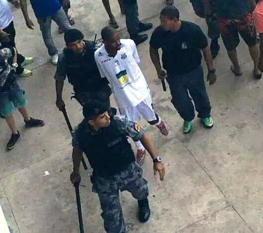 Confusão: Santos perde e tem jogador algemado em campo