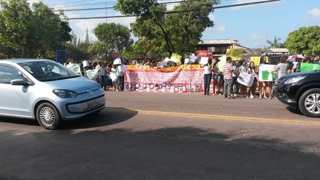 Escola Socorro Smith: Estudantes e professores protestam, e governo anuncia obra emergencial