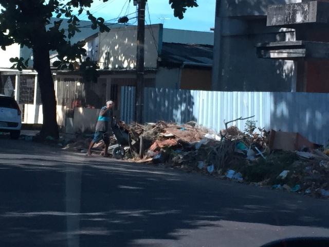 R$ 1,5 mil: Morador é multado por jogar lixo na rua