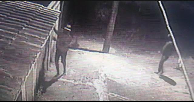 Fugiram: Por câmeras, dona de casa assiste bandidos invadindo residência