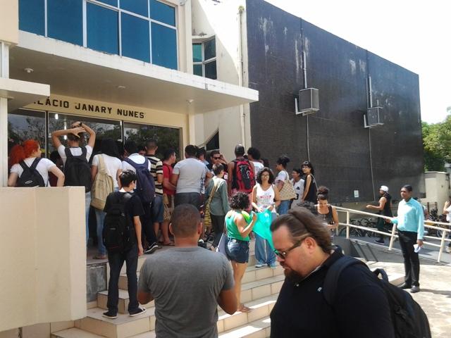Tarifa de ônibus: Estudantes ocupam Câmara de Vereadores para protestar