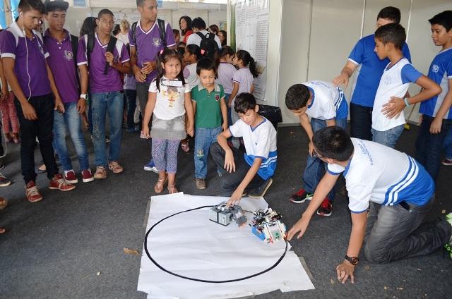 Estudantes apresentam mais de 100 projetos em feira de ciências e engenharia