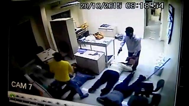 Correios: Em VÍDEO, assaltante chuta vítima 2 vezes