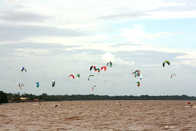 Kite surf: Velejadores vão percorrer 32 km em travessia do Rio Amazonas