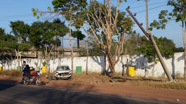 Causou engarrafamento: Motorista perde controle e bate em poste na Duca Serra
