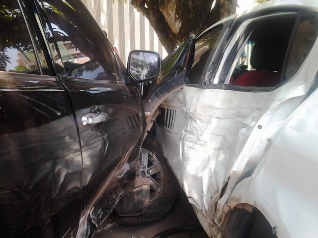 Dois feridos: Homem avança preferencial e atinge três carros e uma árvore