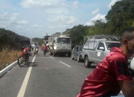 BR-156: Moradores impedem a passagem de veículos da Ferreira Gomes Energia