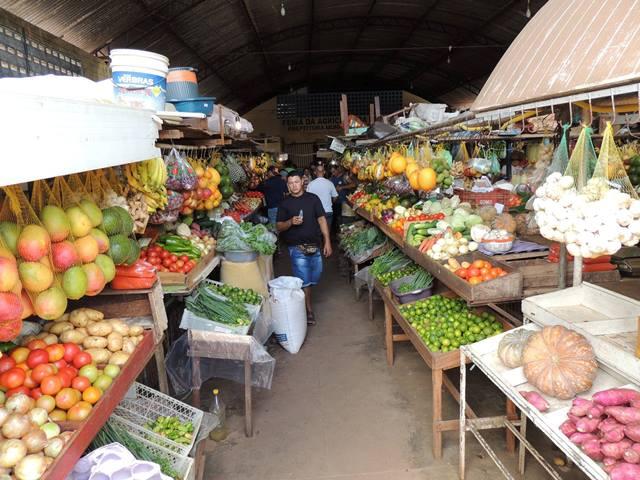 """Setor primário: Moradores da Guiana fazem a """"feira"""" em Oiapoque, onde a produção ainda é baixa"""