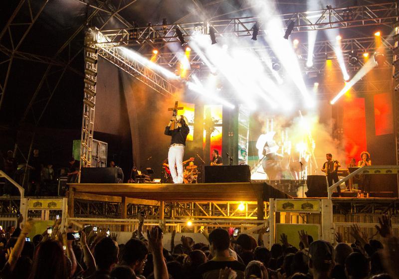 Padre Alessandro Campos emociona 5 mil fiéis em show na Expofdeira