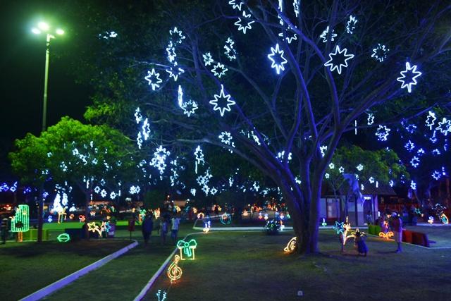 Praça iluminada: Brilho do Natal encanta visitantes