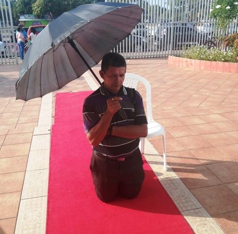 Nossa Senhora da Conceição: Fiel paga promessa assistindo missa de joelhos