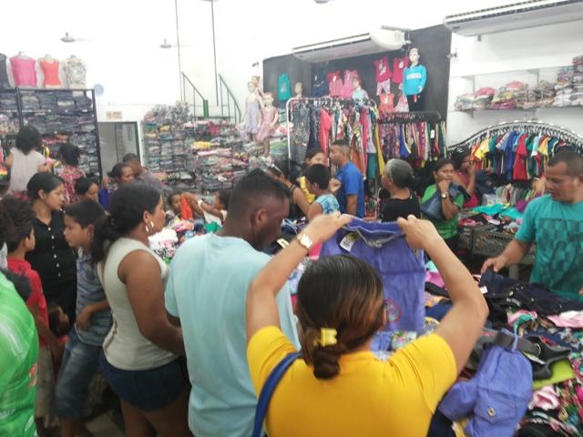Movimento: Lojas do Centro de Macapá lotadas na véspera de Natal