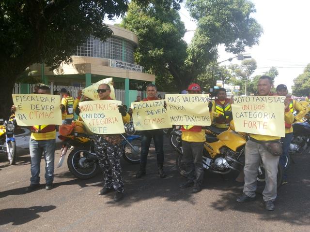 """Fiscalização e segurança: """"O ladrão leva a moto e ainda pede os capacetes"""", reclama mototaxista em protesto"""
