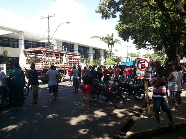 Atraso de salários: Vigilantes e caçambeiros cruzam os braços