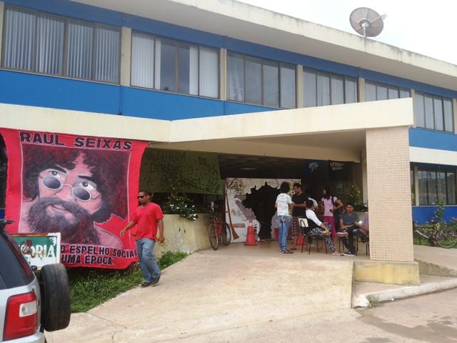 Reitora e funcionários são impedidos de entrar em prédio