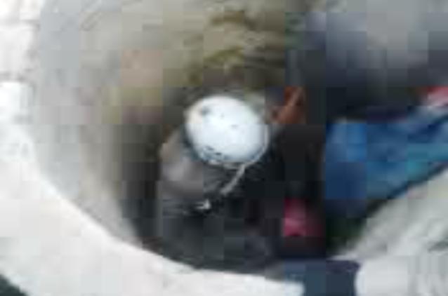 Homens caem em poço de 15 metros