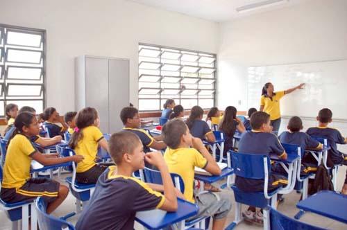 Precisa-se de professores, operadores de caixa e de máquinas pesadas e outros profissionais