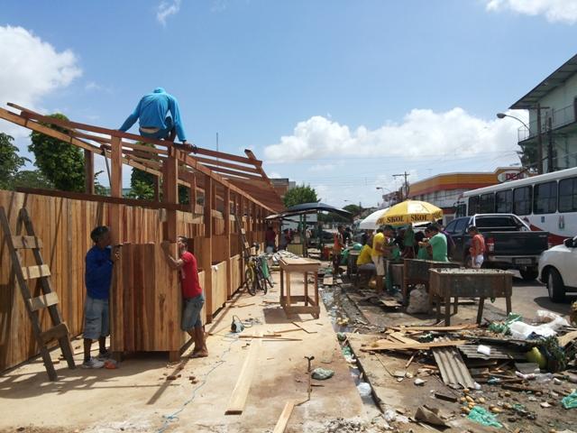 Feirantes ganham nova estrutura, mas reclamam de outra obra abandonada