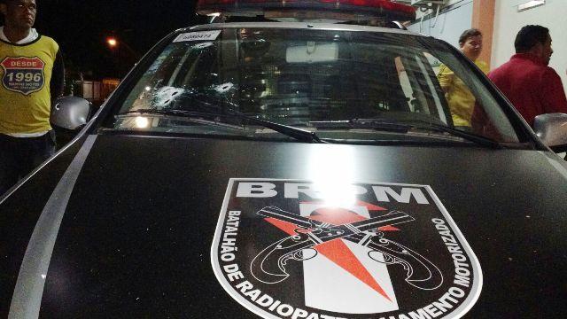 Gangue de adolescentes invade casa, troca tiros com o BRPM e 2 morrem