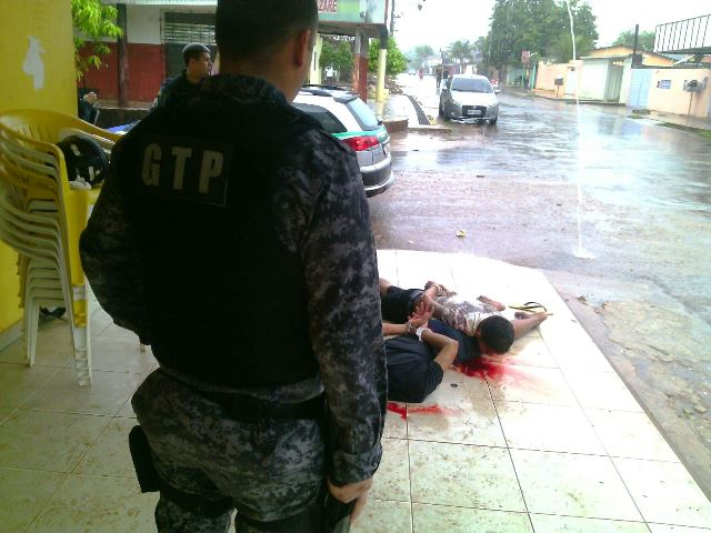Clientes de panificadora atacam assaltantes