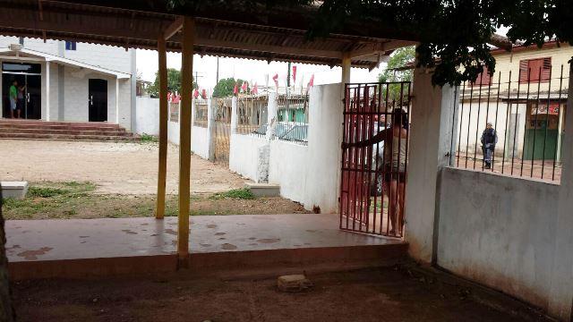 Bandido mantém reféns dentro de escola
