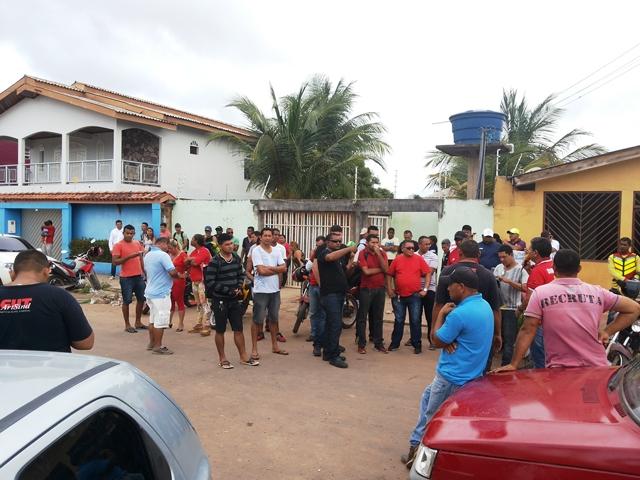 Vigilantes fazem protesto na porta de empresa