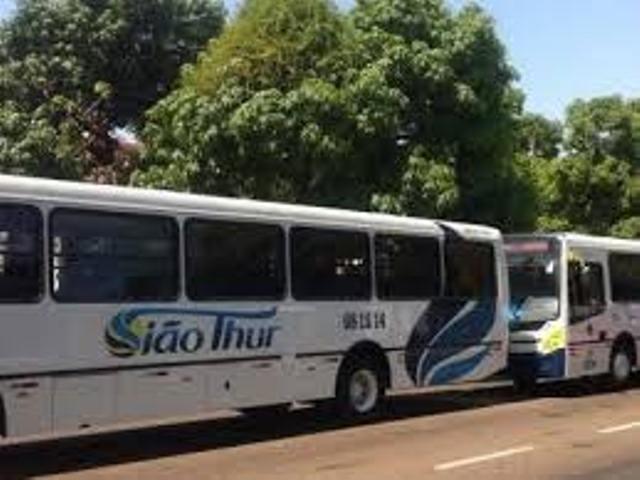 Bandidos disparam tiros dentro de ônibus durante assalto