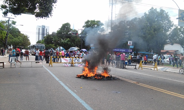 Terceirizados da saúde fecham a FAB e queimam pneus