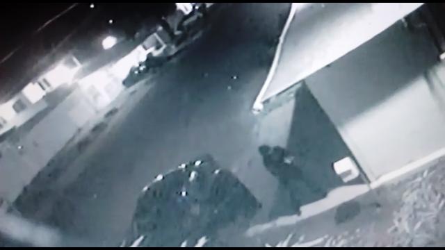 VÍDEOS mostram mulher de preto atirando em vizinhos
