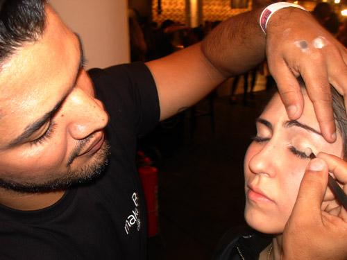 Contrata-se maquiador, esteticista, instrutores e outros profissionais