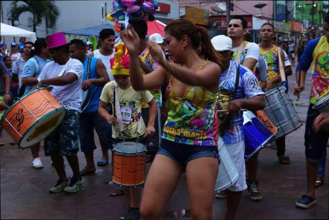 Carnaval na fronteira tem musa indígena e arrastão pelas ruas