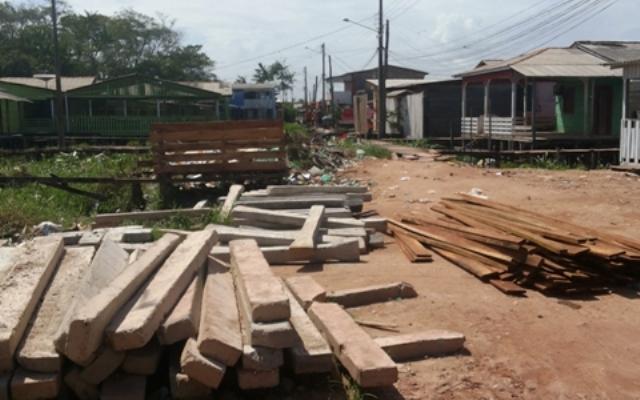 Construção de passarela em concreto chama atenção de moradores