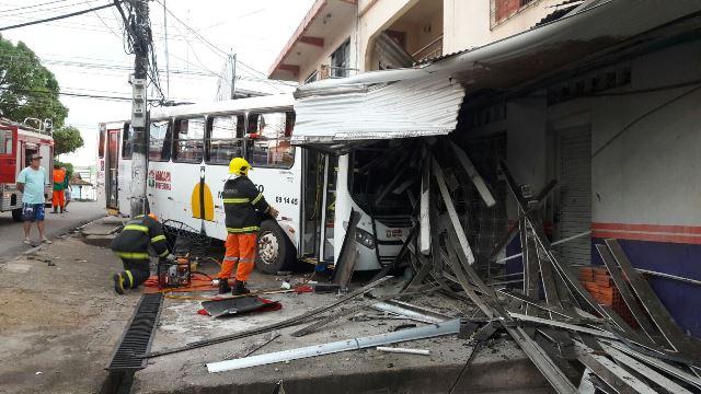 Ônibus desgovernado invade loja de acessórios automotivos
