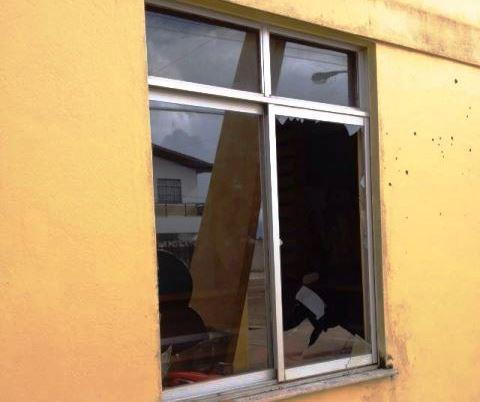 Manifestantes quebram janelas de delegacia