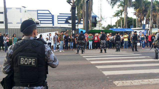 Estudantes tentam fechar a Duca Serra, mas são impedidos pela PM