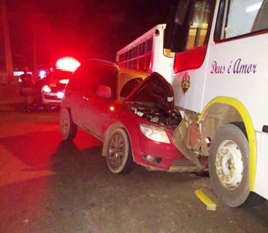Empresário foge depois de bater em 2 ônibus