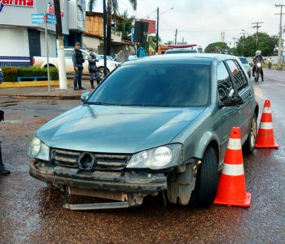 PM perde controle da direção, bate e abandona carro atravessado na JK