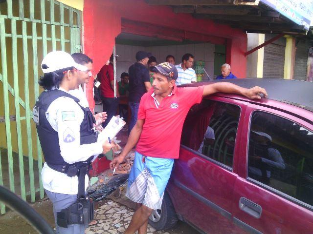 Depois de causar acidente, motorista aguarda a polícia bebendo vodka