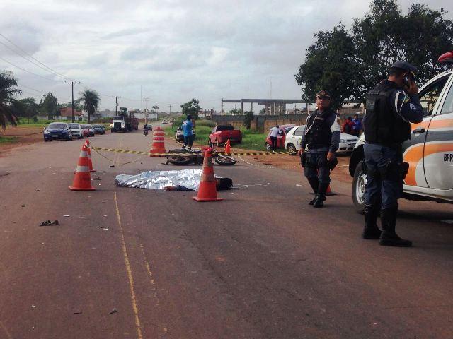 Carro para em conversão e motociclista morre ao colidir