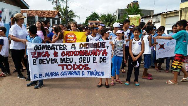 Em bairro que nunca teve casos de dengue, estudantes vão para as ruas