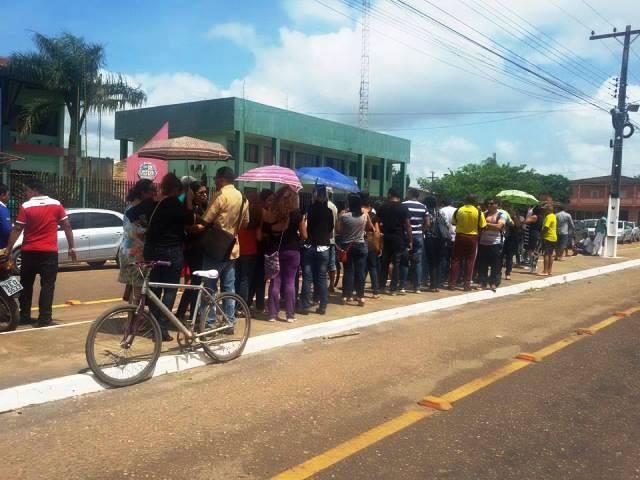 Em greve, servidores acusam prefeitura de atrasar consignados e não negociar reajuste