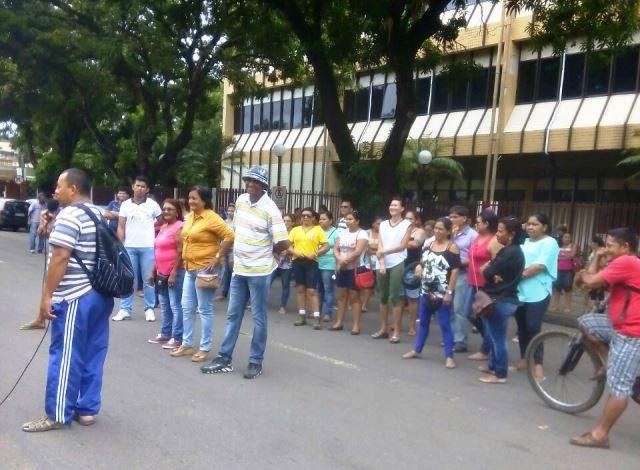 Com 3 meses de salários atrasados, funcionários da UDE fazem ato