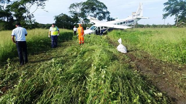Avião com 5 pessoas faz pouso forçado no Bairro do Goiabal