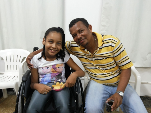 Deficientes físicos recebem cadeiras de rodas