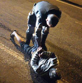Dupla armada jogava pedras em carros e coletivos, afirma polícia