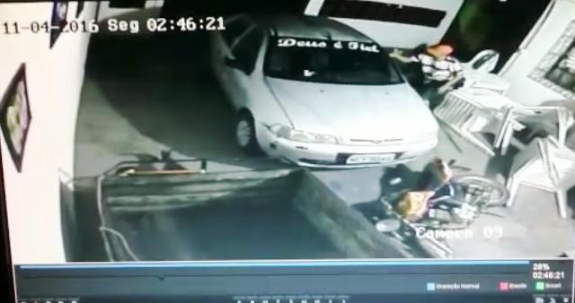 VÍDEO: Bandidos fazem quebra-quebra para obrigar família a entregar dinheiro